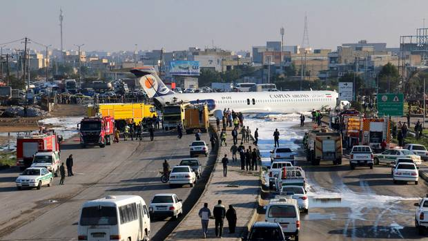 Ein iranisches Passagierflugzeug steht auf einer Autobahn vor dem Flughafen Mahshahr