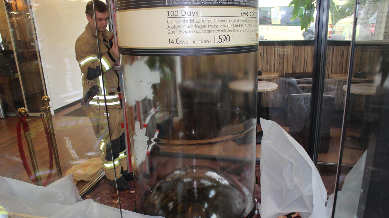Eine riesige leere Weinflasche