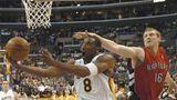 Matt Bonner von den Toronto Raptors versucht Kobe Bryant vom Korb fernzuhalten