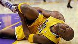 Bryant liegt nach einer Knöchelverletzung am Boden