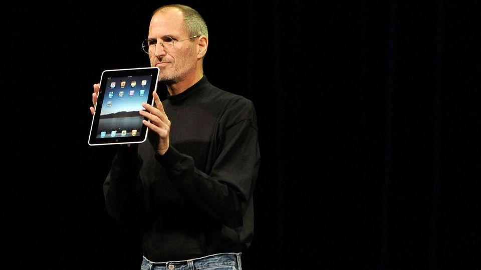 Apple-Gründer Steve Jobs zeigt im Januar 2010 das erste iPad
