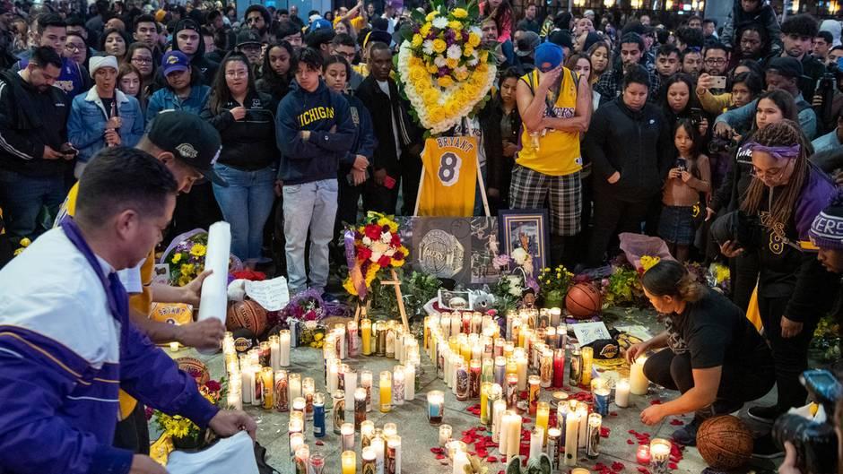 Fans gedenken dem verstorbenen Basketballspieler Bryant in der Nähe des Staples Center