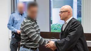 Nachrichten aus Deutschland: Der Verteidiger schüttelt seinem Mandanten vor Prozessbeginn die Hand