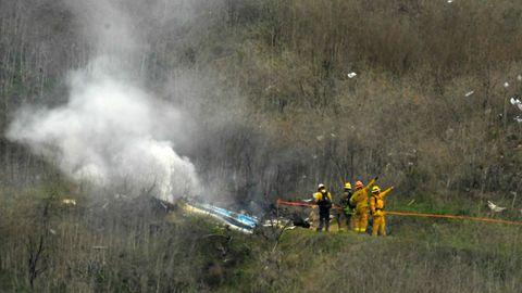 Feuerwehrleute arbeiten an der Stelle eines Hubschrauberabsturzes