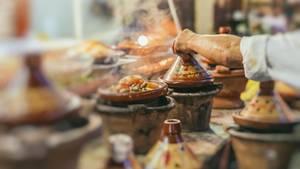 Marrakesch, Marokko  Die süß-herzhaft-scharfe Küche verdankt Marrakesch den Berbern, arabischen Siedlern und europäischen Händlern - und das beste Essen gibt es natürlich Zuhause. Aber da immer mehr Touristen nach Marrakesch strömen, sprießen jeden Monat neue, hippe Restaurants aus dem Boden. Und die lohnen sich: Tajine und Couscous, aber auch Pizza, Burger, Sandwiches und Kaffees werden serviert - und die Streetfood-Szene wächst rasant.