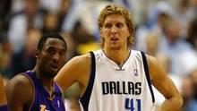 Dirk Nowitzki im weißen Dress der Dallas Mavericks und Kobe Bryant im blau-goldenen Lakers-Outfit stehen nebeneinander auf dem s