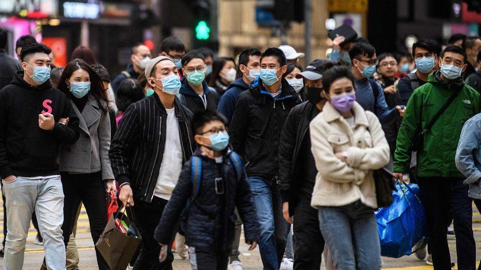 Coronavirus in China: Fußgänger in Hongkong tragen Atemschutzmasken