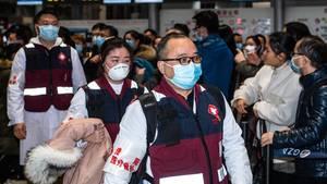 Mitglieder eines medizinischen Teams bereiten sich auf die Abreise nach Wuhan vor