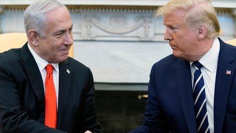 Donald Trump (r.) und Benjamin Netanjahu reichen sich im Oval Office die Hände. Trump will Israels Spitzenpolitikern an diesem Dienstag die Grundzüge seines Nahost-Plans vorstellen.
