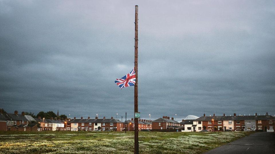 Eine britische Flagge auf Halbmast