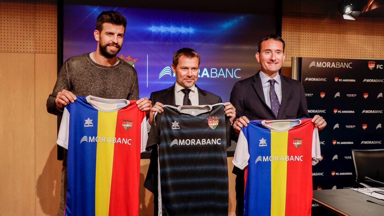 Gerard Pique präsentiert der Presse den neuen Trikotsponsor des FC Andorra