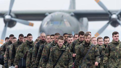 Bundeswehrsoldaten landen amam Flughafen inKaunas (Litauen)
