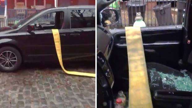Die Feuerwehr von Camden schlägt die Scheiben seines Autos ein.