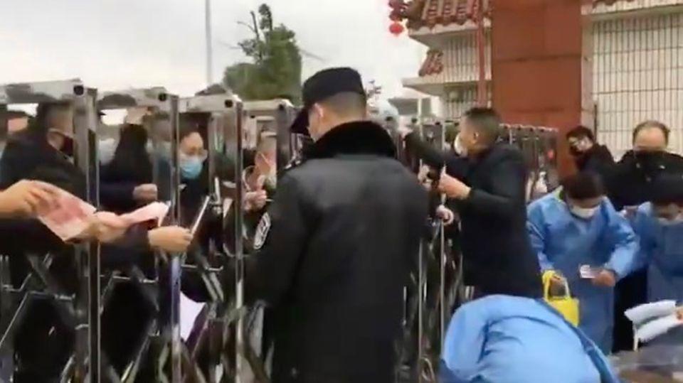 Coronavirus: Chinesen schreien verzweifelt nach Schutzmasken außerhalb einer Fabrik