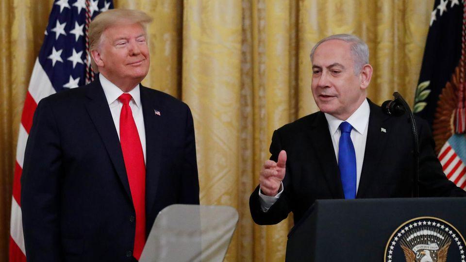 US-Präsident Donald Trump (l.) hört dem israelischen Premier Benjamin Netanjahu zu
