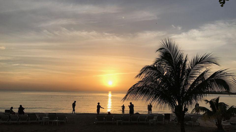 Der Strand in Negril, Jamaika. Vor der Küste des Staates gab es ein sehr starkes Erdbeben.