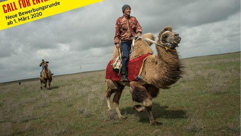 Kamelhirten trainieren für Kamelrennen