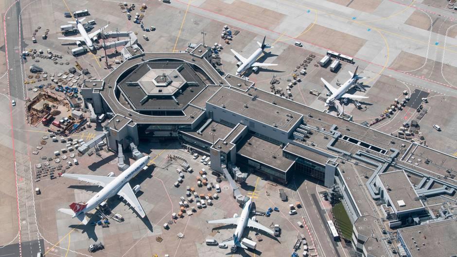 Frankfurt Flughafen: Passagierflugzeuge internationaler Airlines stehen an ihren Gates am Terminal 1
