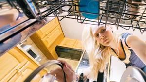 Einige Mittel schaffen es nicht, das Geschirr vernünftig zu säubern.