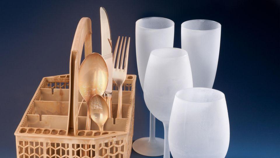 Korb, Besteck und Gläser wurden nicht angemalt, sondern vom Reiniger verfärbt.