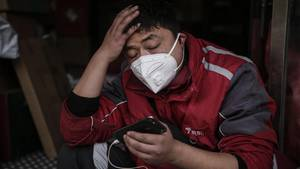 Aus Angst vor Ansteckung benutzen viele Menschen in China derzeit einen Mundschutz
