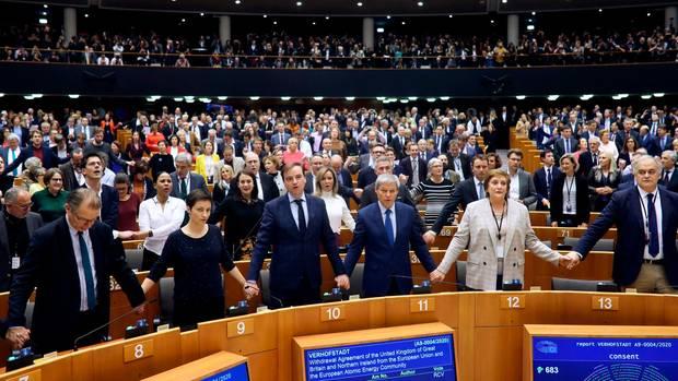 Die Europaparlamentarier halten sich an den Händen bei der Unterzeichnung des Vertrages