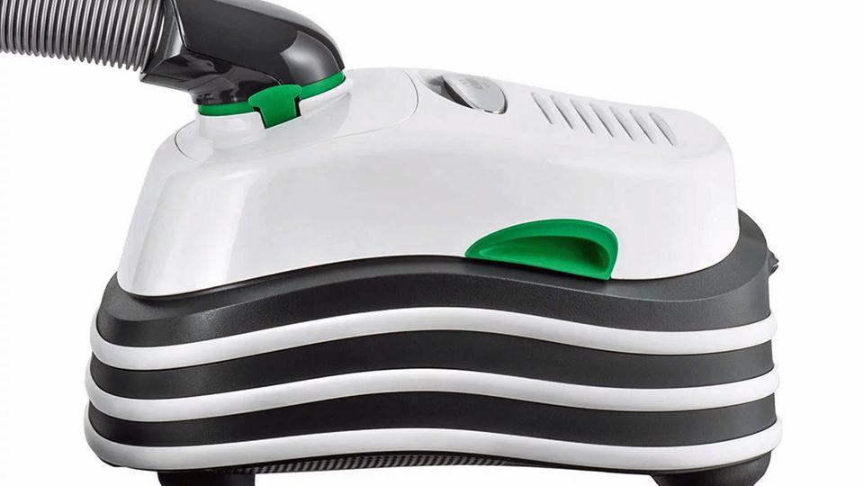 """Vorwerk  Kobold VT300 mit Elektrobürste EB 400 Elektrobürste  Mit der Note """"Gut"""" – 2,0 – wurde der Vorwerk Testsieger. Er punktet mit den klassischen Werten der Marke wie Langlebigkeit und gutem Qualitätseindruck. Dafür ist das Gerät – wie ebenfalls von Vorwerk gewohnt - sehr teuer: 930 Euro inklusive der Elektrobürste. Das ist keine Kleinigkeit. Der VT300 ist allerdings das Herzstück eines modularen Systems und kann mit vielen Zusatzteilen etwa zum Wischen erweitert werden.  Der Vorwerk saugt auf Teppich am besten und überzeugt beim Beseitigen von Tierhaaren. Wenn die E-Bürste arbeitet, ist der VT300 allerdings sehr laut. Außerdem ist das Gerät mit neun Kilogramm sehr schwer."""