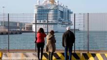 Die Costa Smeralda liegt im Hafen von Civitavecchia