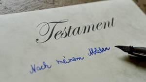 Ein Stift liegt auf einem verfassten Testament