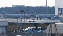 Köln: Zwei Flugzeuge der Bundeswehr stehen auf dem militärischen Teil des Flughafens Köln-Wahn kurt vor dem Anflug nach China
