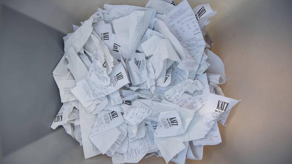 Kassenbons liegen in einer Mülltonne