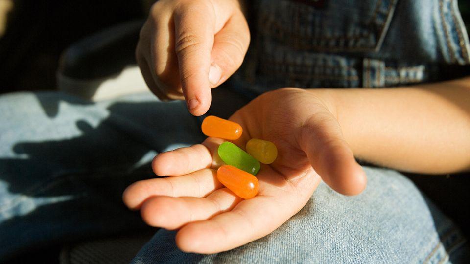 Junge Hand mit Süßigkeiten