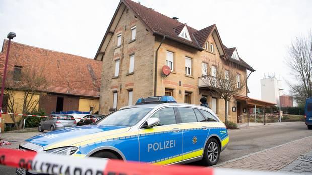 Nachrichten aus Deutschland: Ein Polizeiauto steht nach den tödlichen Schüssen am Tatort in Rot am See