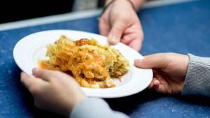 Nicht mehr als 3,50 Euro darf ein Mittagessen an Hamburgs Schulen kosten. Viel zu wenig, finden die Caterer. Die Schulbehörde vertröstet. (Symbolbild)
