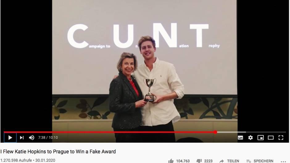 """Hopkins und Pieters halten den Pokal. Hinter ihnen steht das Wort """"Cunt"""""""