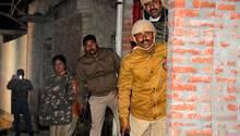 Indien, Kasaria Village: Polizeibeamte gehen während derMission zur Befreiung von Geiselnin Deckung