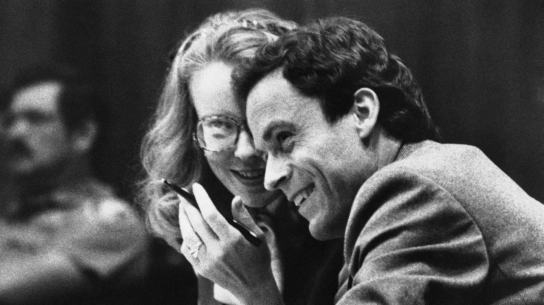 Selbst im Gerichtssaal wirkte Ted Bundy — hier an der Seite seiner Anwältin —charmant und eloquent