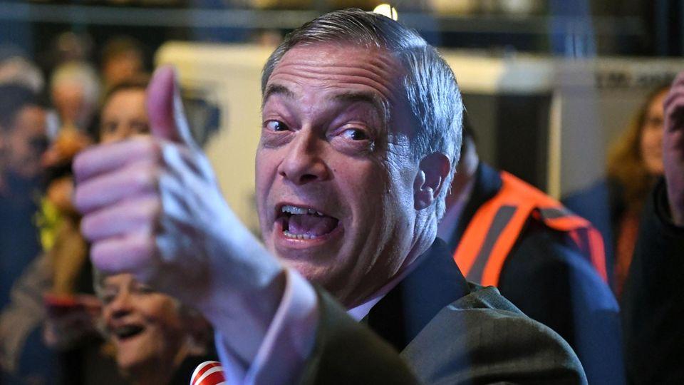 Nigel Farage feierte am Freitagabend mit Brexit-Befürwortern das Austreten seines Landes aus der EU