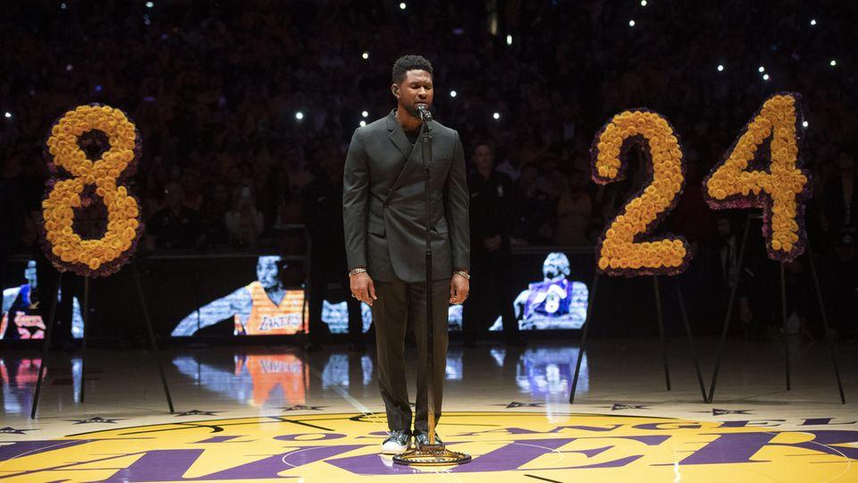 Abschied von Kobe Bryant: R&B-Sänger Usher steht auf dem Parkett des Staples Center in Los Angeles