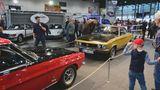 Show der Rivalen in Halle 5. Der Ford-Capri 2300 GTXL (Bj. 1969, 108 PS, 180 Km/h)und ein Opel–Manta SR 1900S (90PS, 170 Km/h).