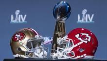 Super Bowl live: Je ein Helm der San Francisco 49er und der Kansas City Chiefs liegen vor der Vince Lombardy Trophy