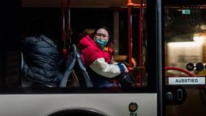 Ein Bus mit wegen des Coronavirus evakuierten Menschen kommt in der Nacht in einem Konvoi an der Kaserne Südpfalz der Bundeswehr an.