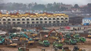 Dutzende Bagger stehen auf der Baustelle eine Nothospitals in Wuhan