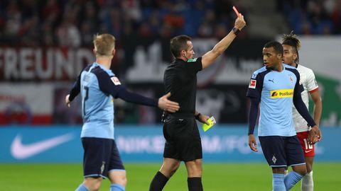 Schiedsrichter Tobias Stieler zeigt Gladbach-Stürmer Plea die Gelb-Rote Karte