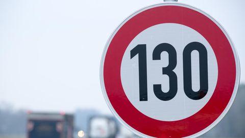 Straßenschild mit 130 Stundenkilometer