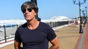 Joachim Löw 2018 am Strand von Sotschi