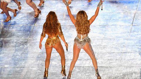 """Zum Schluss der Show tanzten Lopez und Shakira gemeinsam. Zu """"Waka Waka"""" kreisten beide gemeinsam mit den Hüften."""