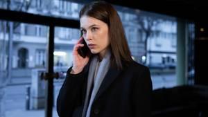 "Bänkerin Jana Liekam telefoniert in der ZDF-Serie ""Bad Banks"""