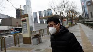 Ein Mann trägt in Peking (China) einen Mundschutz