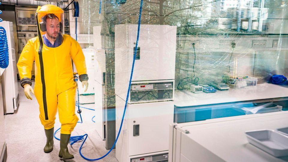 Ein Mitarbeiter des Instituts für Virologie der Philipps-Universität Marburg im Hochsicherheitsbereich der Uni